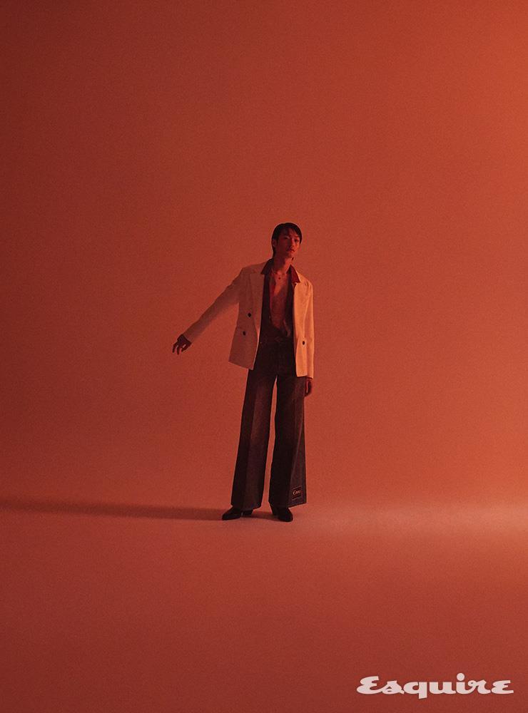 데님 소재 재킷 가격 미정 프라다. 알로하 셔츠 59만원 폴 스미스. 플레어 데님 팬츠, 부츠 모두 가격 미정 구찌. 스키니 벨트 가격 미정 생 로랑 by 안토니 바카렐로. 원석 목걸이 4만9000원 이리스.