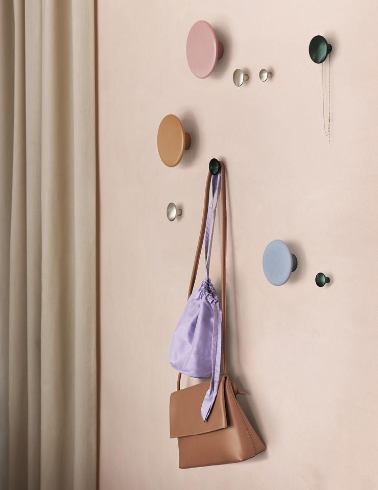현관 입구나 밋밋한 벽면에는 벽걸이 후크로 멋과 실용성을 더해보자. 다양한 색상과 크기의 디자인을 조합해 연출할 수 있는 도트 모양의 후크는 Muuto.