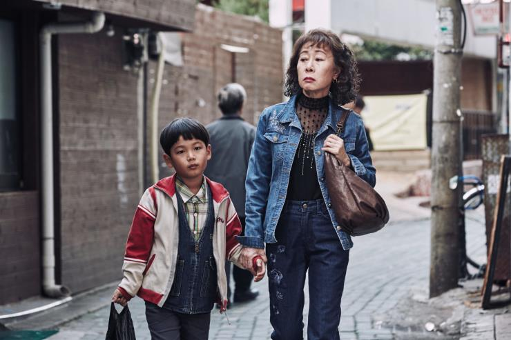 잃어버린 아빠를 찾아 온 '코피노' 아이. 한국 땅에서 새롭게 찾은 가족은 아빠가 아니었다. 영화 〈죽여주는 여자〉 중