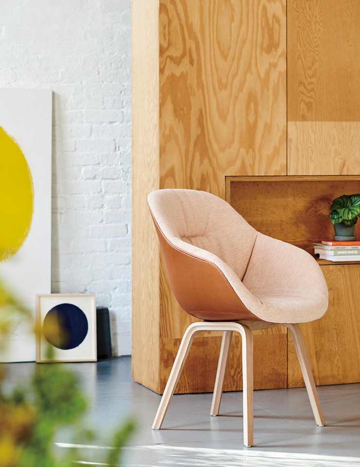 헤이가 덴마크 디자이너 히 웰링(Hee Welling)과 협업해 브랜드의 대표 의자 라인 'AAC 시리즈' 신작을 선보였다. 'AAC 123 소프트'는 부드러운 파스텔컬러와 셸을 감싸는 퀼팅 디자인, 바깥으로 약간 기울어진 각진 다리가 매력 포인트. Hay.