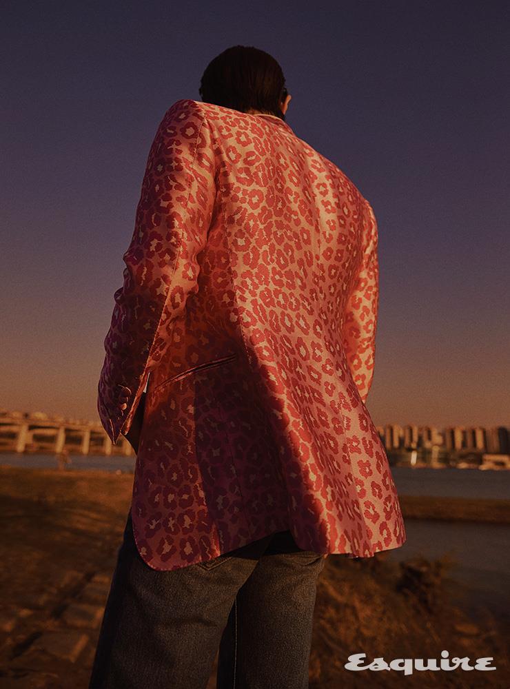 이브닝 재킷 가격 미정 톰 포드. 데님 팬츠 가격 미정 셀린느.