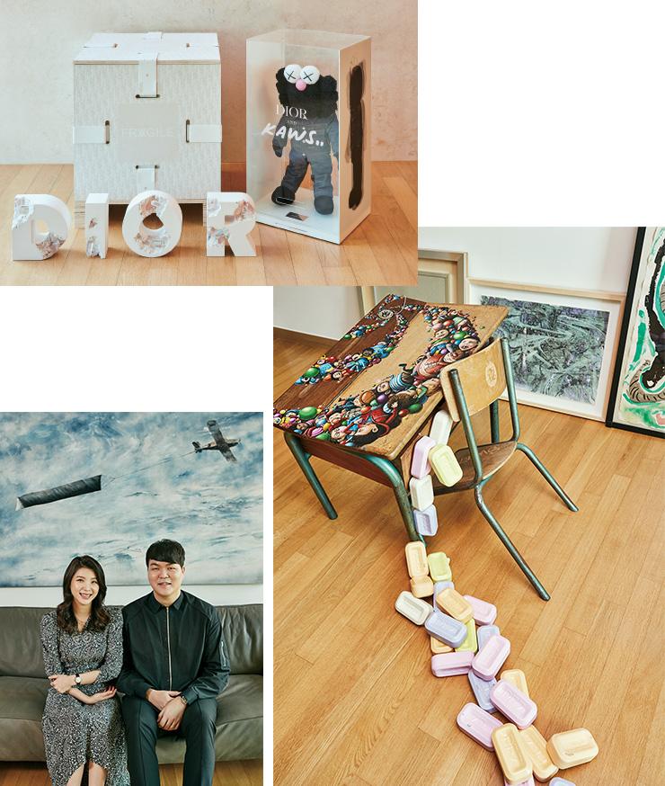 (왼쪽 위부터) DiorxDaniel Arsham, Diorx Kaws 에디션 작품. 페즈(PEZ), 〈The Pez Factory〉, 2018. 그 뒤의 회화작품은 진 마이어슨(Jin Meyerson), 〈Don't You Forget About Me 3〉, 2018. 페작(Pejac)의 〈Void〉(2019)를 배경으로 포즈를 취한 노재명, 박소현 부부.