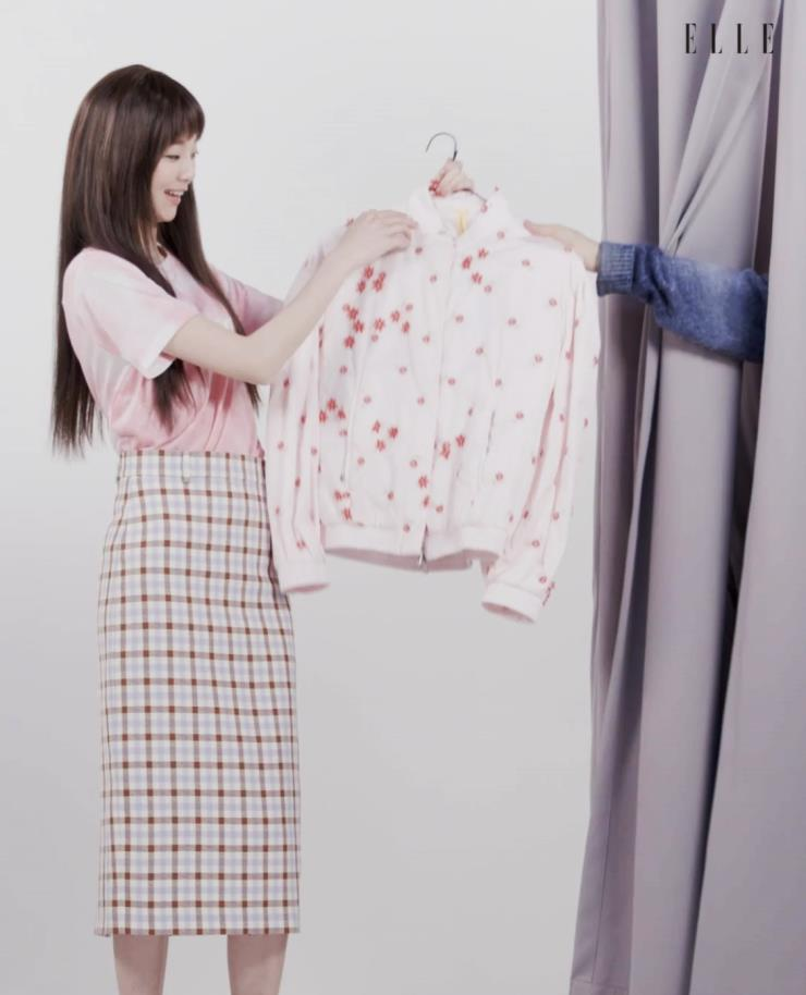타이다이 프린트의 핑크 티셔츠는 Juicy Couture.