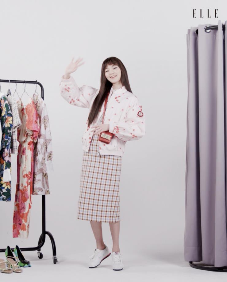 플라워 아플리케 장식의 핑크 봄버 재킷은 4 Moncler Simone Rocha. 파스텔 컬러의 체크 스커트는 Zara.