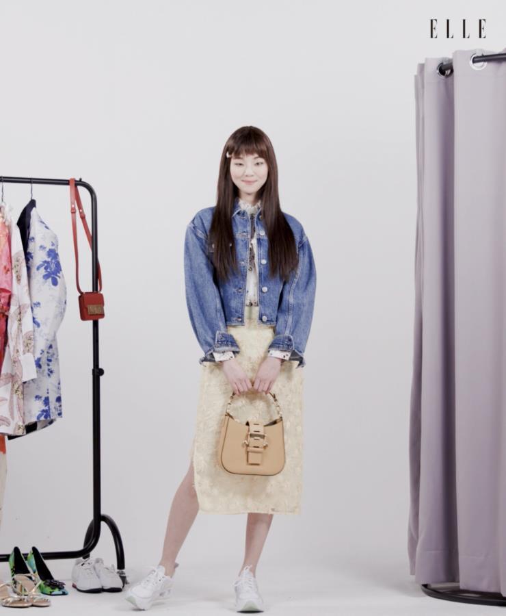 플라워 프린트 블라우스는 Berenice, 데님 재킷은 Off White™, 플라워 아플리케 스커트는 Romanchic. '뮤즈' 백은 Saddler seoul.