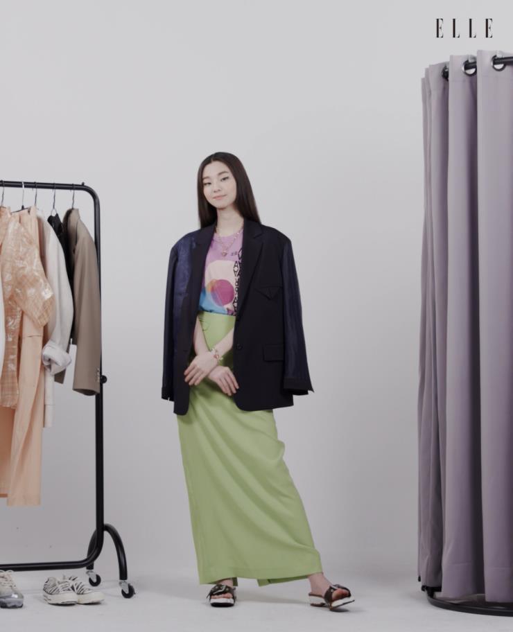 티 셔츠 Isabel Marant Etoile. 스커트 The Open Product. 스트로베리 팬던트의 네크리스 Zara. 슈즈 Marni.