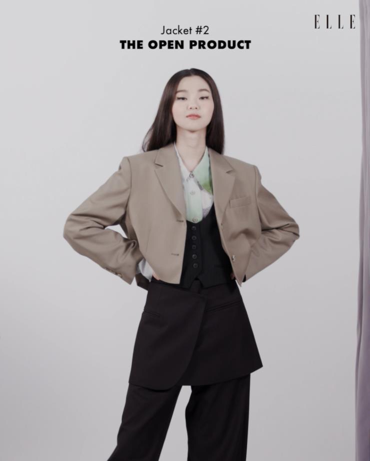 크롭 재킷과 팬츠, 랩 스커트 The Open Product. 셔츠 Low Classic. 베스트 Zara.