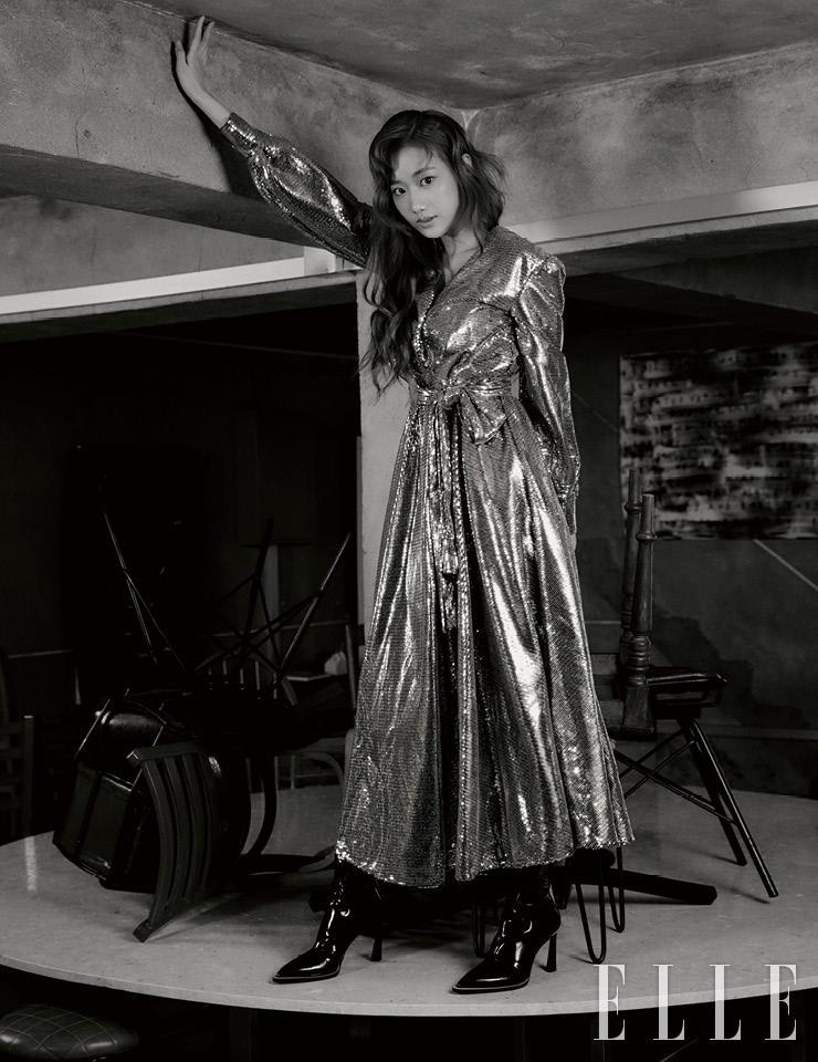 스팽글 드레스는 MSGM by Yoox. 글로시한 블랙 부츠는 Fendi. 레터링 아트워크 'We are'는 세진, 다능(Danung)의 작품.