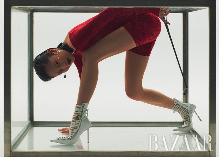드레스는 1백99만원, 레이스업 부츠는 가격 미정 모두 Balenciaga. 비대칭 귀고리는 Alexander McQueen. 초커는 51만원 Gucci.