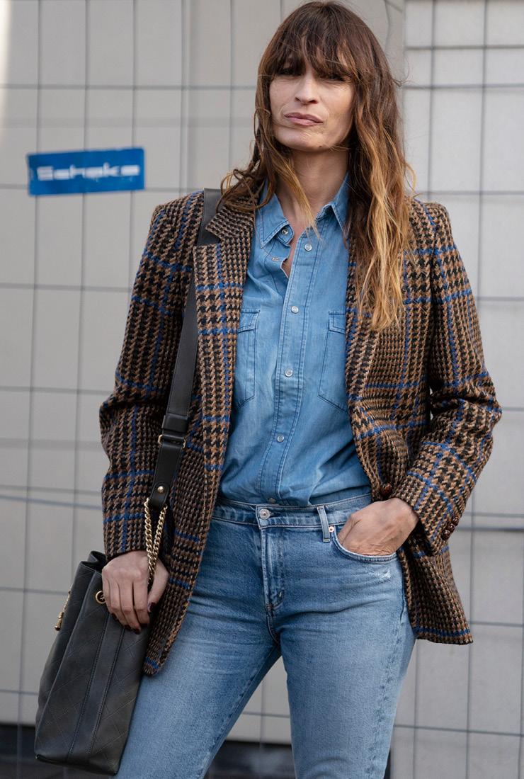 클래식한 셔츠와 팬츠에 매니시한 디자인의 체크 재킷을 믹스해 프렌치 시크의 정수를 보여준 캐롤린 드 메그레. 부스스한 헤어가 시크한 매력을 더해준다.