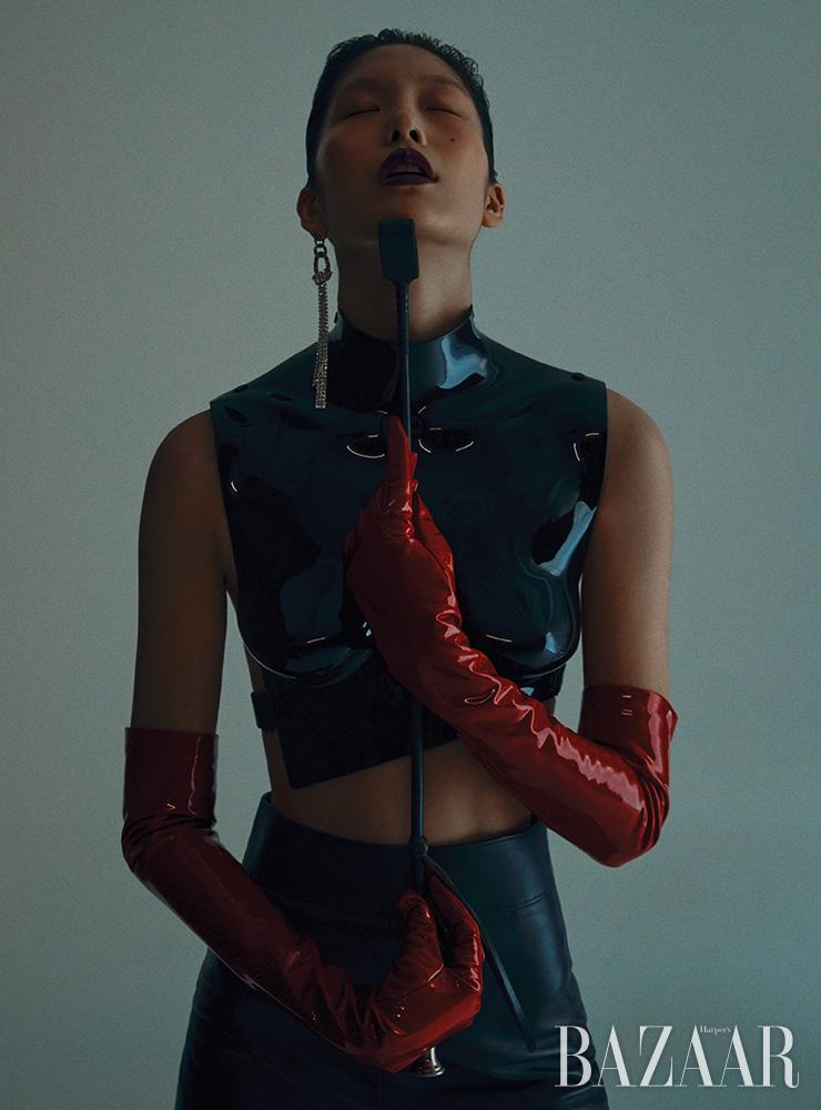 래커 처리된 아크릴 톱은 Tom Ford. 스커트는 4백43만원 Givenchy. 싱글로 착용한 귀고리는 76만원 Magda Butrym by Mue. 장갑은 74만원 Gucci.