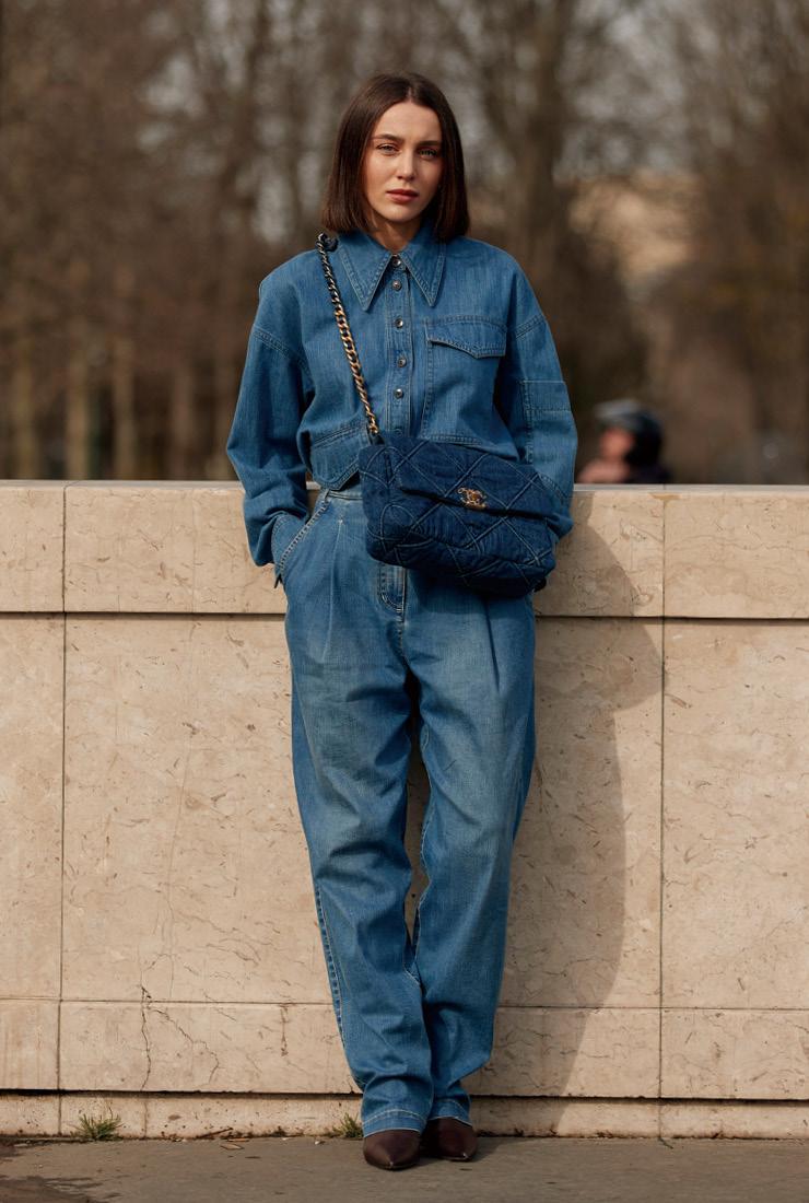 자칫 촌스러울 수 있는 '청청' 패션도 뉴트로 스타일이 대세인 이번 시즌에는 문제없다. 짙은 블루 색상의 샤넬 19백을 톤 온 톤으로 매치한 센스도 눈여겨보길.