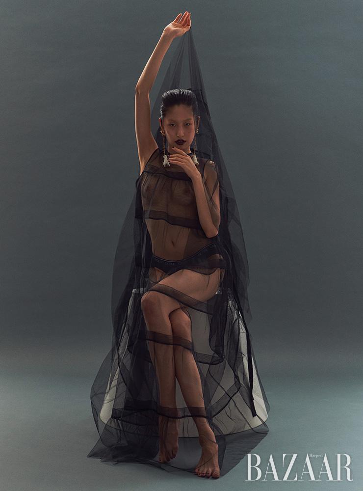 튤 드레스는 N°21 by hanstyle.com. 브리프는 3만5천원 Calvin Klein Underwear. 귀고리는 Valentino Garavani.