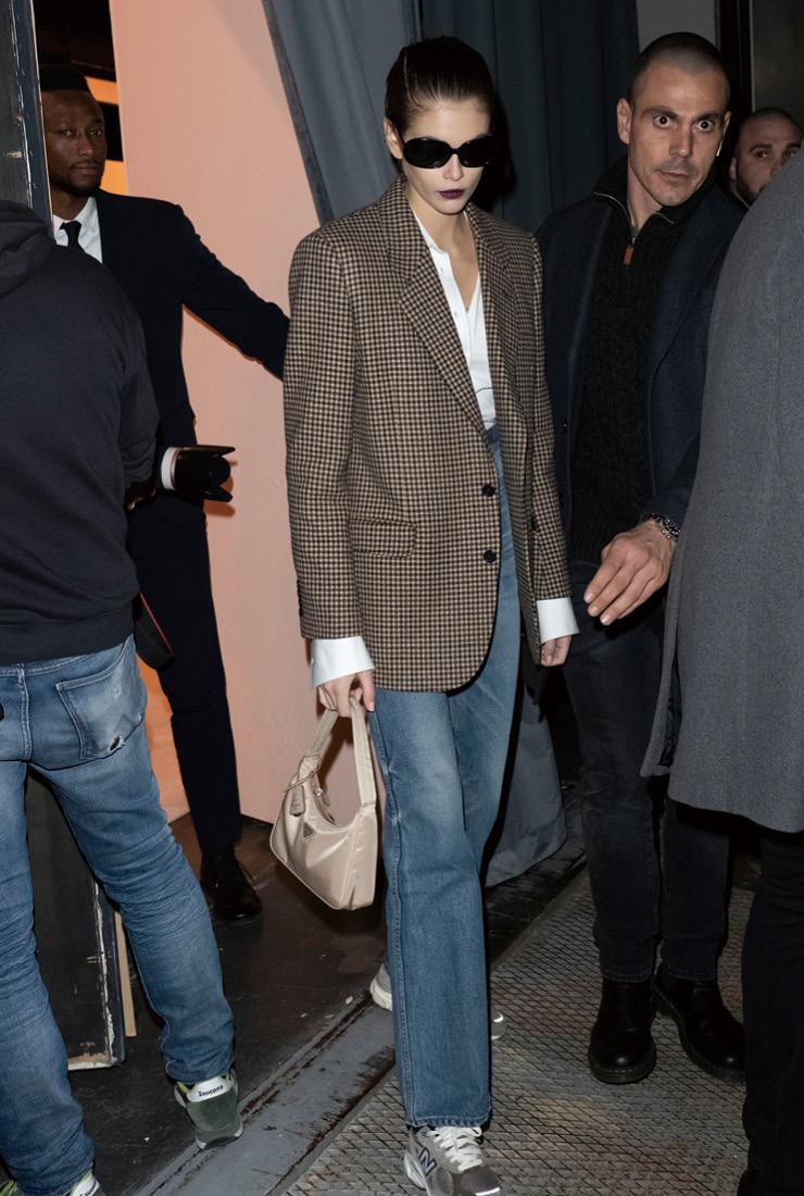 카이아 거버는 체크 재킷과 화이트 셔츠, 스니커즈 등 옷장에 있을 법한 평범한 아이템으로 세련된 리얼 웨이 룩을 선보였다.