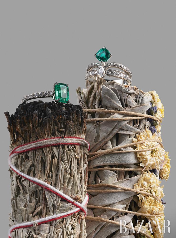 (왼쪽부터) 플래티넘에 에메랄드와 다이아몬드가 장식된 '솔리테어 1895 컬러 스톤' 반지는 Cartier. 에메랄드와 다이아몬드가 세팅된 '조세핀 에끌라 플로럴 솔리테어' 플래티넘 반지는 Chaumet. 불에 태운 블루 세이지 스머지 스틱은 Ondo Smudge Stick. 라벤더와 국화가 안데스산맥의 라마 양모로 함께 묶인 플로럴 스머지 스틱은 2만원대 39Etc.