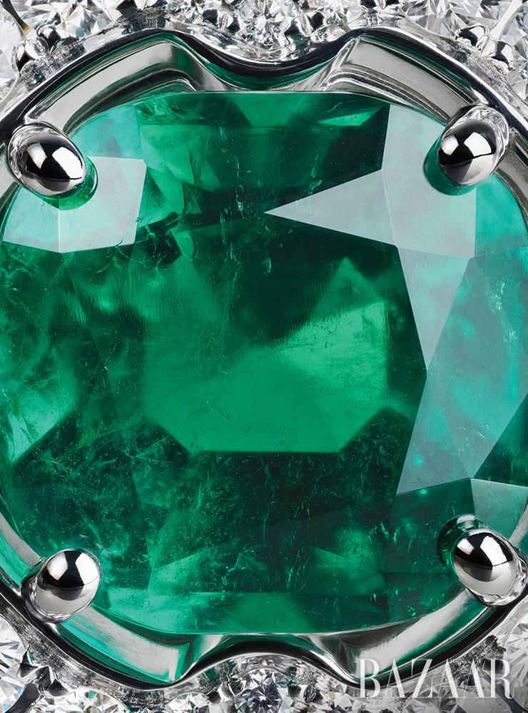 화이트 골드에 에메랄드와 다이아몬드가 장식된 반지는 3억원대 Bvlgari.