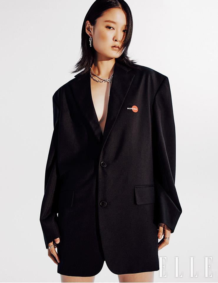 블랙 재킷은 가격 미정, Balenciaga. 화이트골드에 다이아몬드를 세팅한 8°0 이어링과 8°0 링, 포스텐 Y 네크리스, 체인 모티프의 포스텐 네크리스, 포스텐 링은 가격 미정, 모두 Fred.