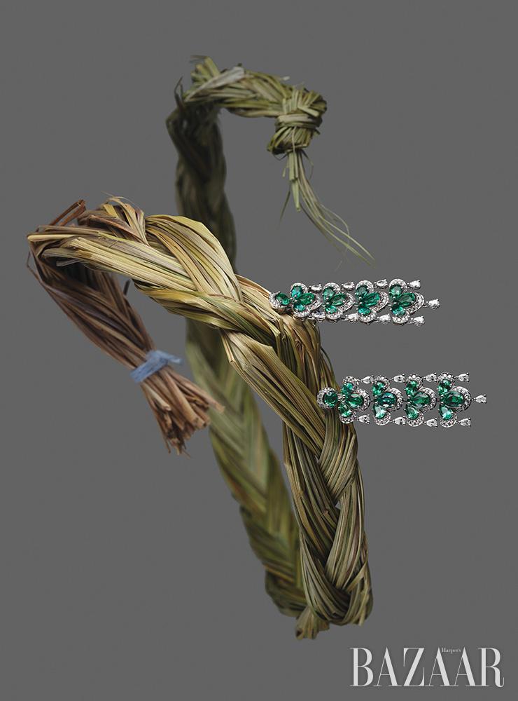 에메랄드와 다이아몬드가 세팅된 귀고리는 Chopard. 땋은 모양의 스위트그라스 스머지 스틱은 에디터 소장품.