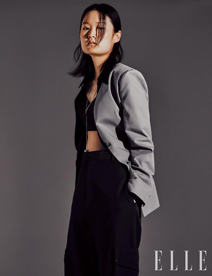 라펠을 생략한 재킷은 35만8천원, Leha. 실키한 셔츠는 가격 미정, Prada. 브라톱은 19만8천원, Eenk. 포켓 디테일의 버뮤다 팬츠는 1백27만원, Bottega Veneta. 볼 장식의 드롭 네크리스는 13만5천원, COS.