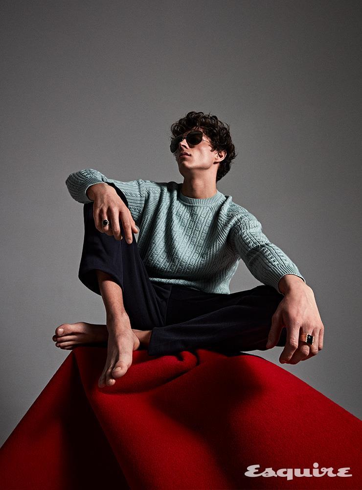 패턴 스웨터, 팬츠 모두 로로피아나. 보잉 선글라스 셀린느. 반지, 팔찌 모두 데말데.
