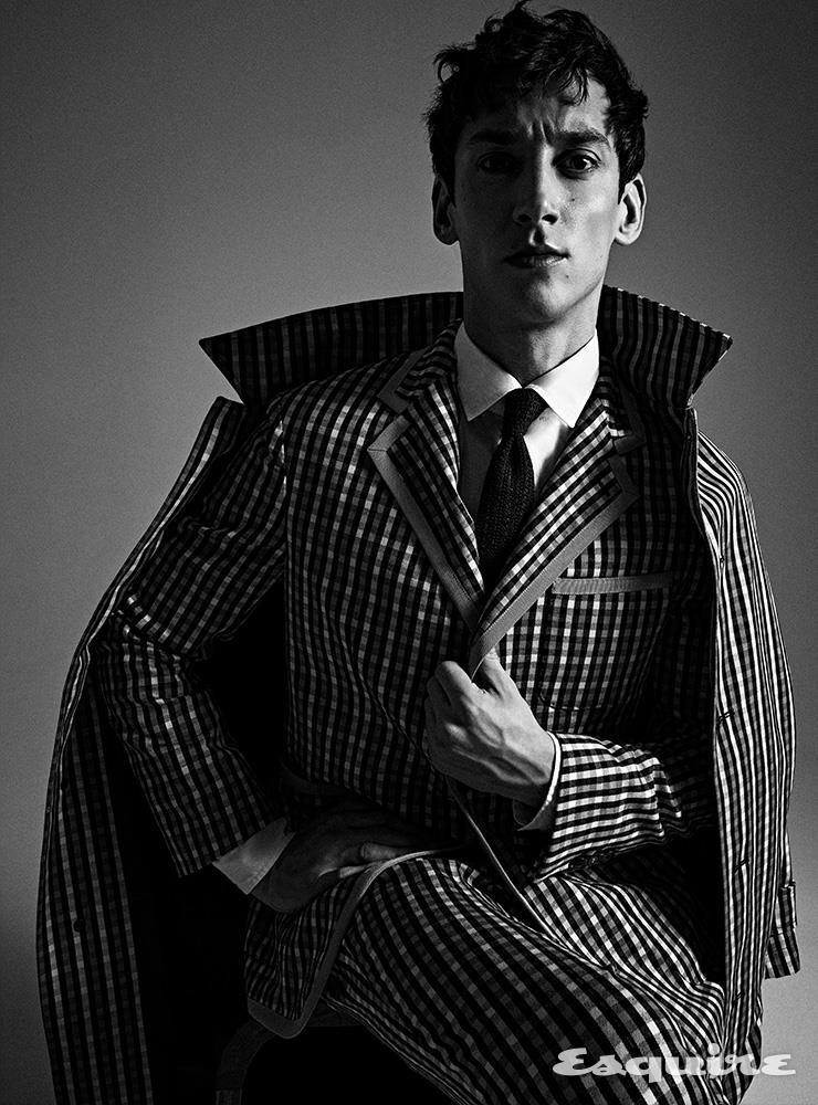 코트, 재킷, 셔츠, 팬츠 모두 토즈. 넥타이 갈로.