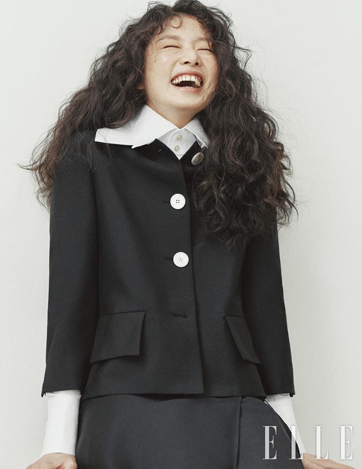 블랙 재킷과 랩스커트는 가격 미정, 모두 Prada. 화이트 셔츠는 가격 미정, Saint Laurent by Anthony Vaccarello.