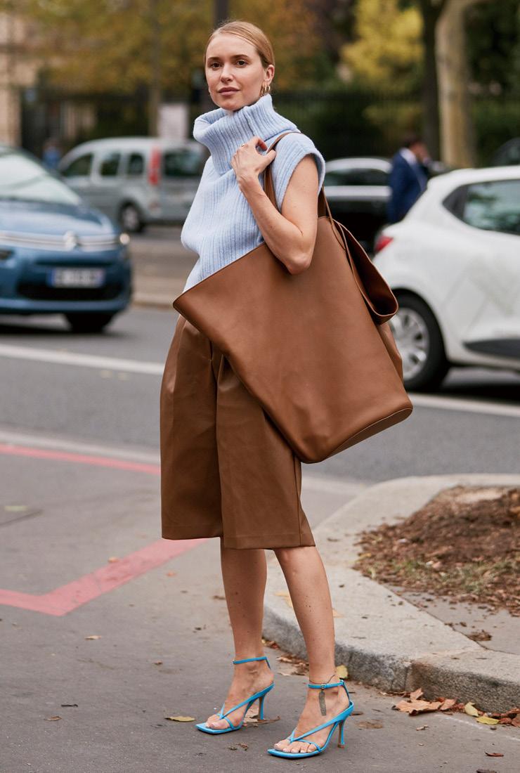 '믿을 수 없이 커다란' 가방이라면 심플한 스타일링을 돋보이게 해줄 것이다.