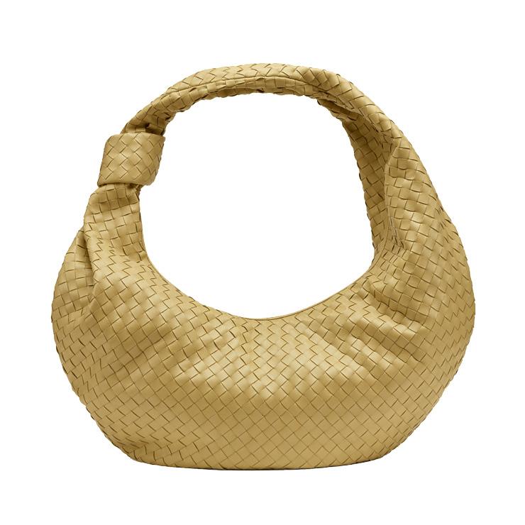둥근 형태의 호보 백은 7백85만원, Bottega Veneta.