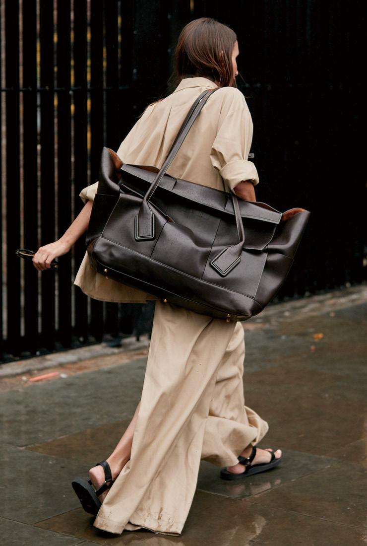 패션 피플의 열렬한 지지를 받고 있는 보테가 베네타의 맥시 아크로 백.