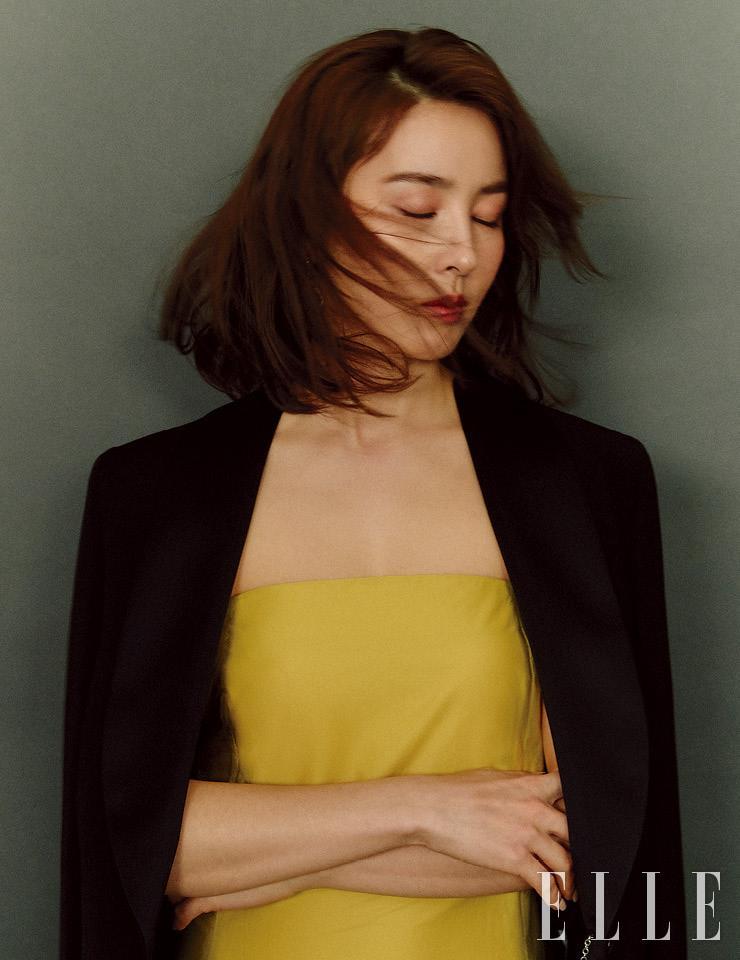 옐로 튜브 톱 드레스는 3.1 Phillip Lim. 블랙 턱시도 롱 재킷은 Ermanno Scervino. 이어링은 Ille Lan.