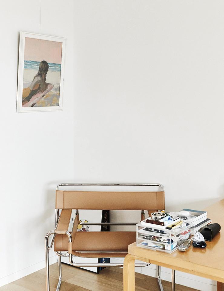 '에그2호'의 방은 간결하면서도 멋을 잃지 않았다. 마르셀 브로이어가 디자인한 '바실리 체어'는 빈티지 숍에서 구입한 것.