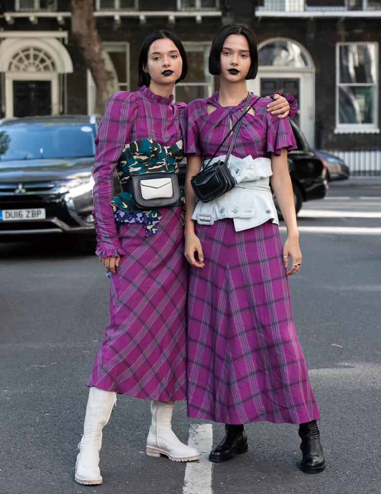 영국의 쌍둥이 뮤지션, 블룸 트윈스는 템퍼리 런던의 체크 드레스와 나타샤 진코의 코르셋을 활용해 통일된 스타일을 연출했다. 블랙 립으로 펑크 무드를 더한 것이 신의 한 수.