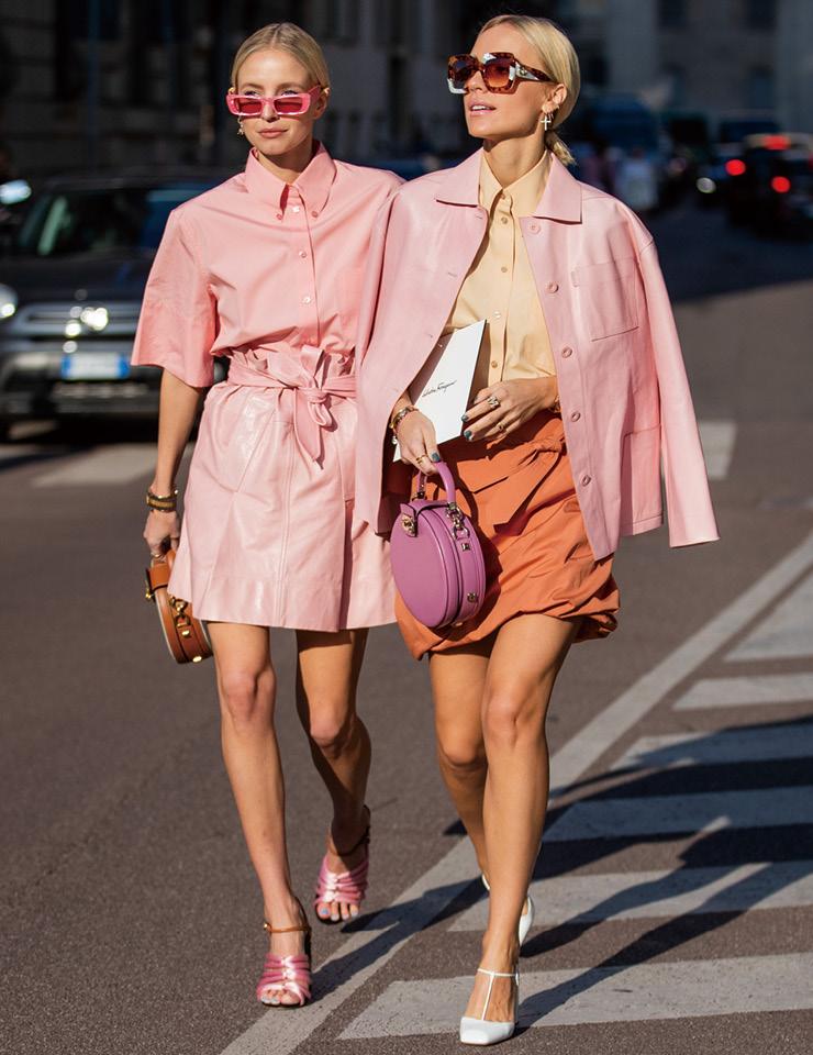 독일의 패션 블로거 레오니 한느와 빅토리아 레이더가 '핑크'를 주제로 뭉쳤다. 두 사람의 스타일을 들여다보면 서로 같은 것이 하나도 없지만, 메인 아이템의 소재와 컬러는 물론 전체적인 실루엣을 통일해 자연스럽게 어우러지는 시밀러 룩을 완성했다.