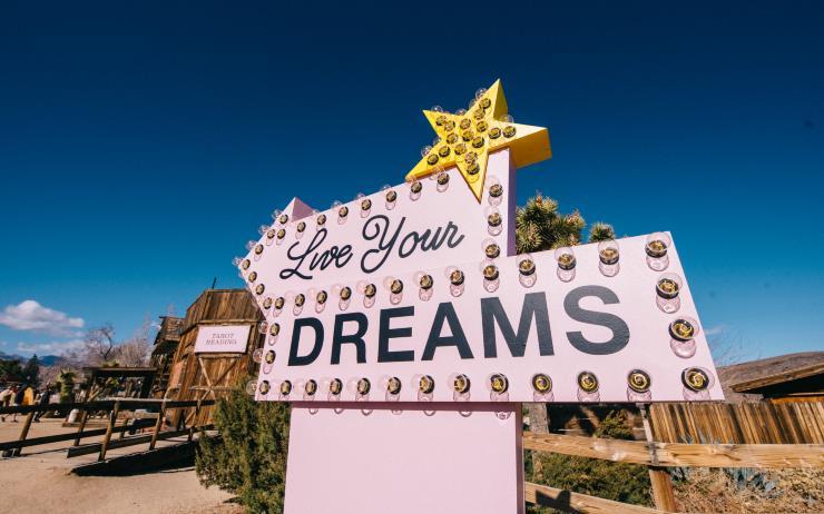 상상만 하던 꿈이 현실이 되는 순간. 캘리포니아의 드넓은 사막 위에서 태양 빛을 머금은 듯 눈부시게 빛나는 향수, '코치 드림'을 만났다.