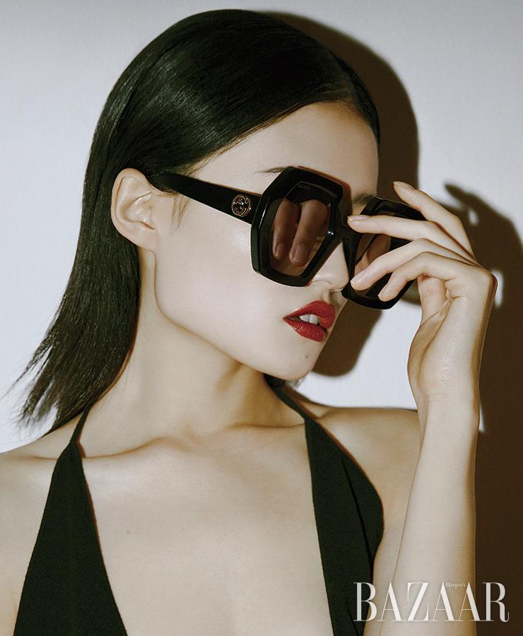 선글라스는 63만5천원 Gucci. 보디수트는 Bottega Veneta.