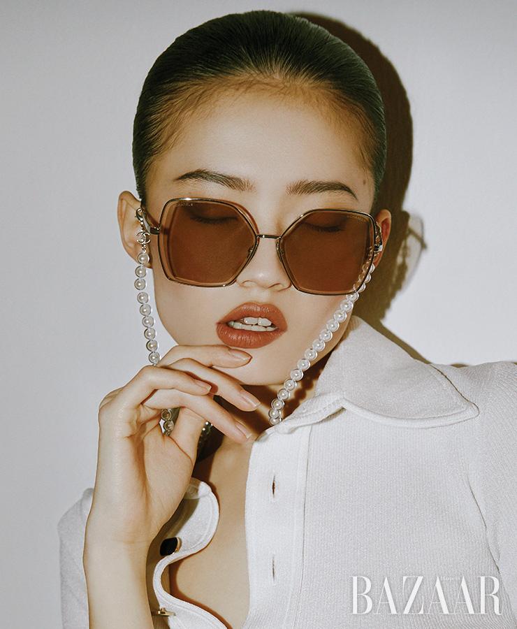 체인이 탈부착 가능한 선글라스는 Chanel. 톱은 Louis Vuitton.
