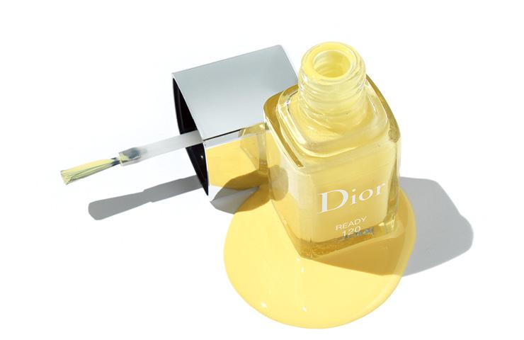미세한 골드 글리터가 섞인 옐로가 기분 좋은 에너지를 전한다. 디올 베르니 컬러 게임 컬렉션, 120 레디, 3만5천원, Dior.