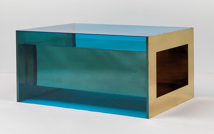 Donald Judd, 〈Untitled〉, 1973, Brass and blue Plexiglas, 83.8x172.7x121.9cm, Solomon R. Guggenheim Museum, New York, Panza Collection, 1991.