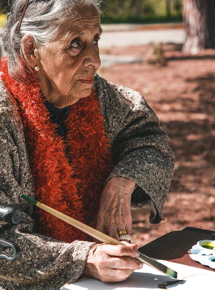 루치타 우르타도가 로스앤젤레스 테메스칼 캐년(Temescal Canyon)에서 그림을 그리고 있다.