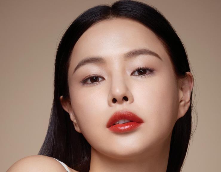 무결점 피부로 당당한 아름다움을 드러낸 배우 이하늬 <br/>