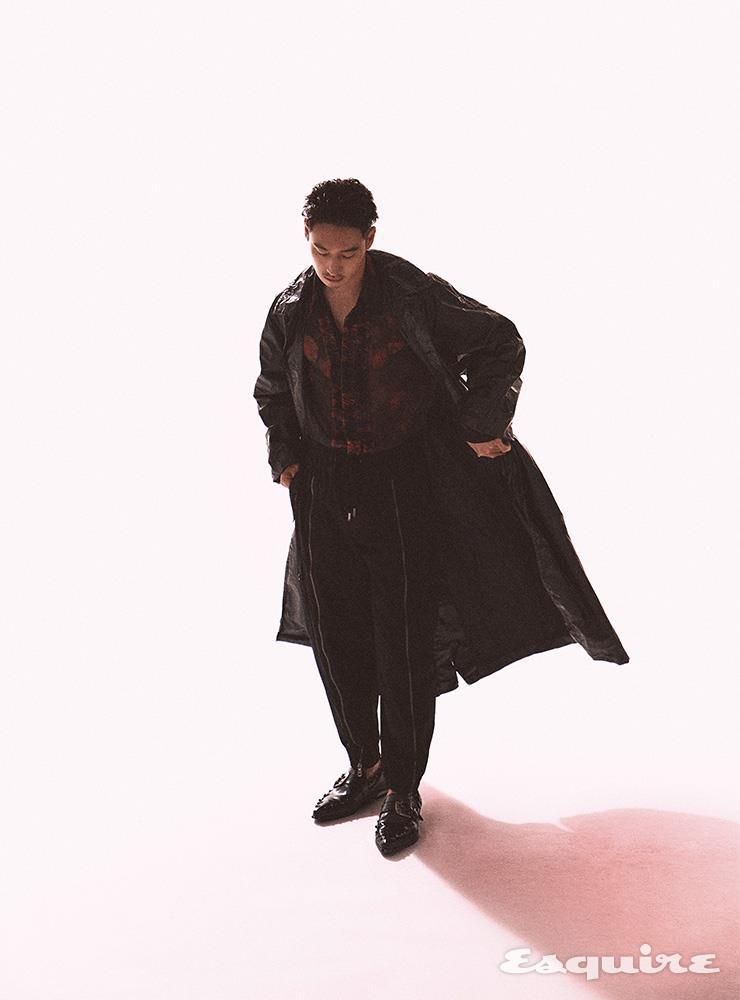 트렌치코드, 플라워 패턴 시폰 셔츠 모두 드리스 반 노튼 by 분더샵. 블랙 조거 팬츠, 블랙 레더 로퍼 모두 돌체&가바나.