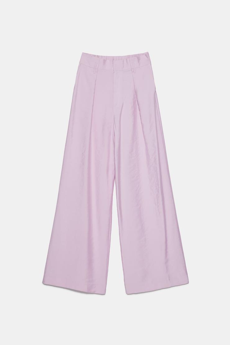 화사한 기운을 불어넣어 주는 라벤더 컬러의 와이드 팬츠는 5만9천원, Zara.