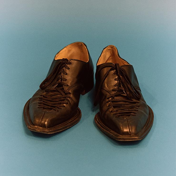 전 세계에 단 하나뿐인 스테판 쿡의 구두를 싼값에 구입했다.
