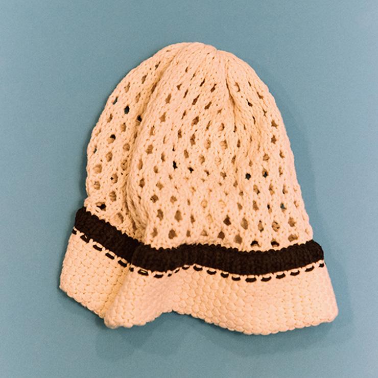 성글게 짜인 문선의 니트 모자.