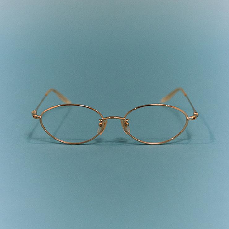 디올 옴므 시절의 빈티지한 안경.