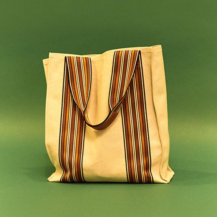 로로피아나 원단 세일즈 직원들이 들고 다니던 가방을 현대적으로 재해석한 버전이다. 2년째 여름이면 매일 드는 가방.