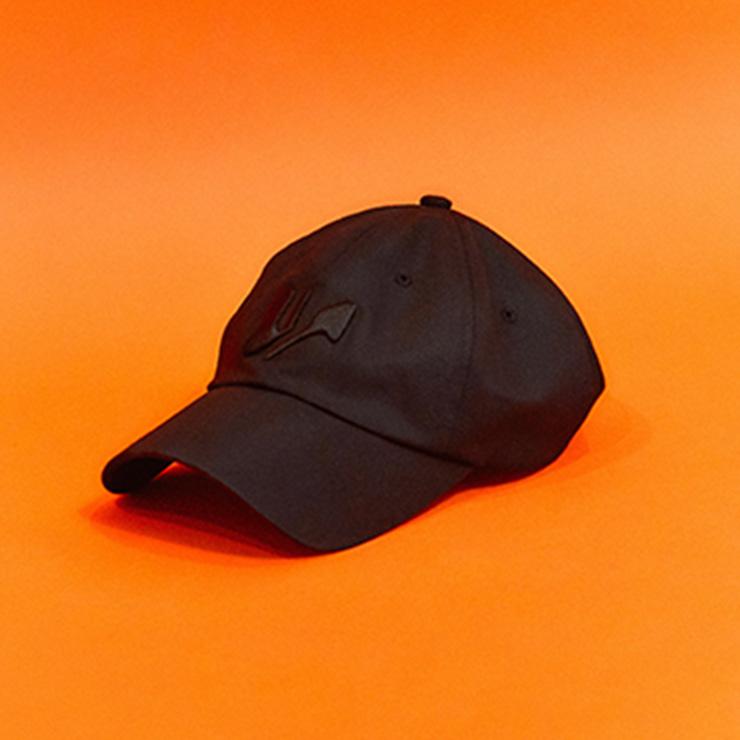 직접 작업한 윈도우 00의 로고가 장식된 모자.