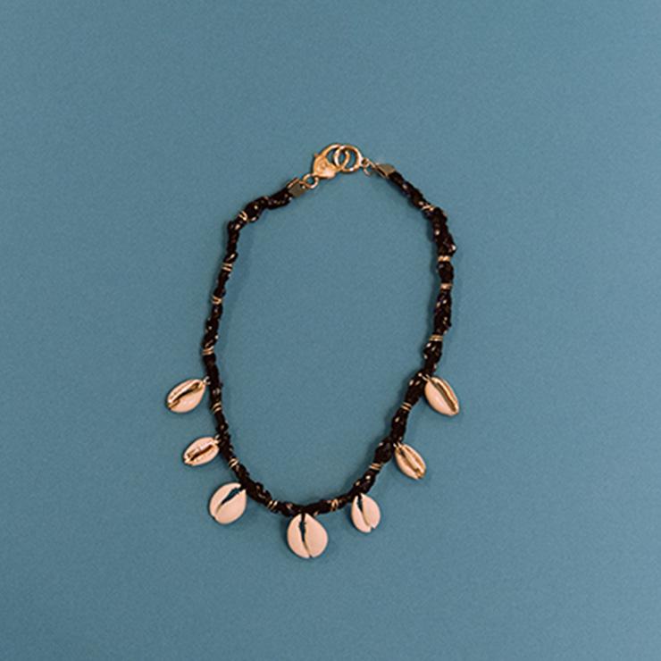 조개가 장식된 비즈 목걸이는 여름 스타일링에 포인트를 주기 좋다.