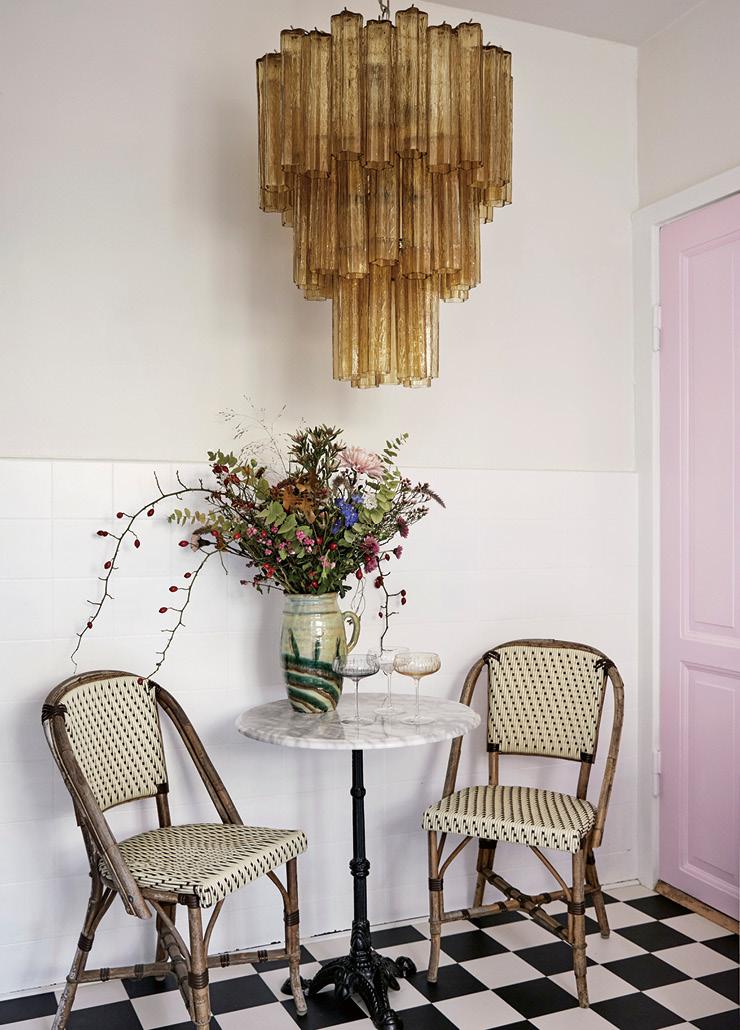 주방에 자리한 파리풍의 커피 테이블과 의자, 천장 램프는 모두 빈티지 제품. 아담한 공간에 웅장한 분위기의 커다란 전등을 매치한 점이 흥미롭다.