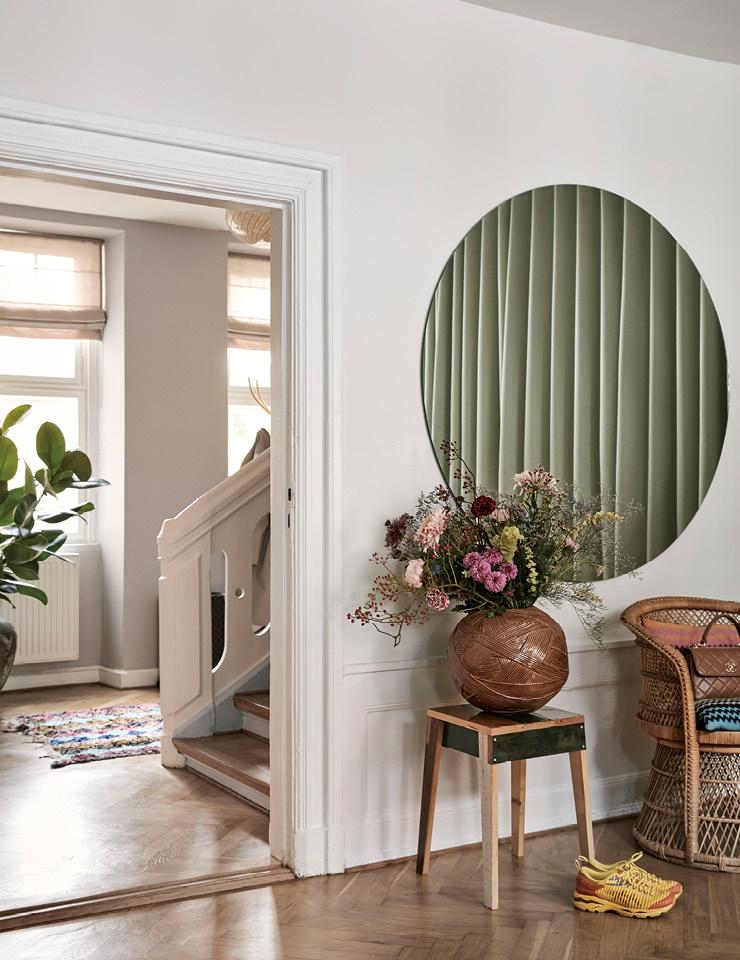 드레스 룸 한편에 걸린 프레임이 없는 둥근 거울. 에밀리는 공간을 특별하게 꾸며주는 거울을 아주 좋아한다. 거울 아래에 놓인 스툴은 피에트 하인 이크가 디자인한 것. 위에 놓인 꽃병은 미소니(Missoni).